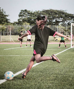 Cheryl Lim @cherzinga plays football.