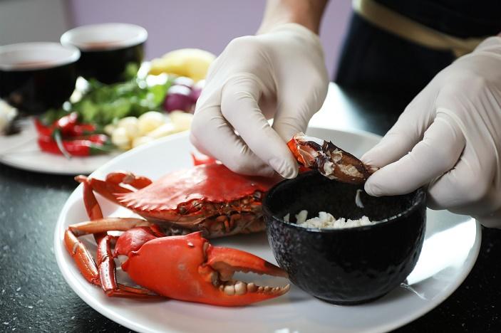Extracting crabmeat